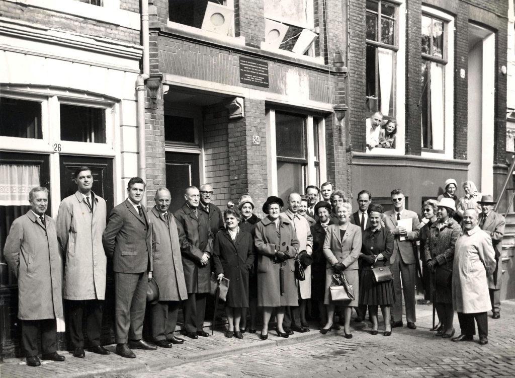 Bij het zestigjarige bestaan van Hulp voor Onbehuisden in 1964. Van den Blink is de tweede van links.