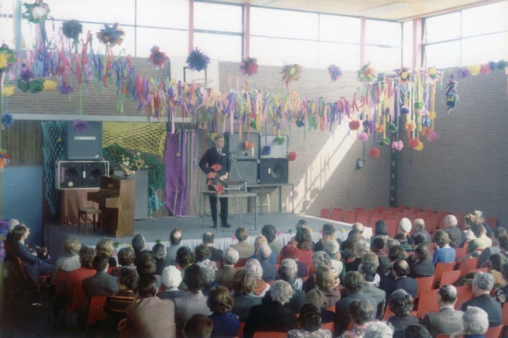 Van den Blink houdt een toespraak bij de opening van Karspel in Duivendrecht in 1974