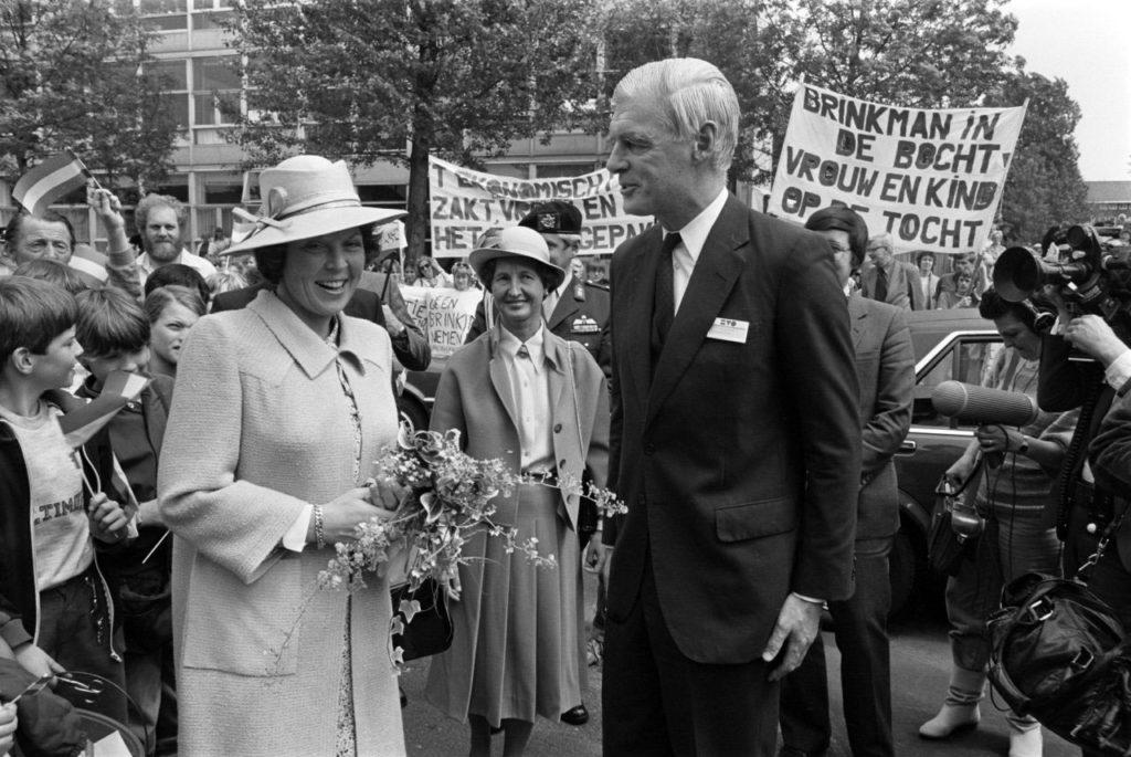 Van den Blink ontvangt koningin Beatrix bij de opening van De Veste in 1983