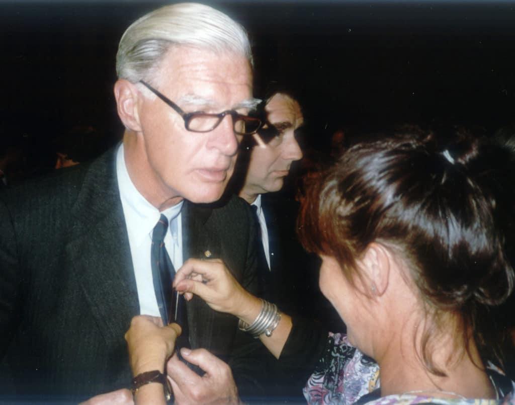 Van den Blink krijgt de gouden speld bij zij afscheid van HVO in 1990