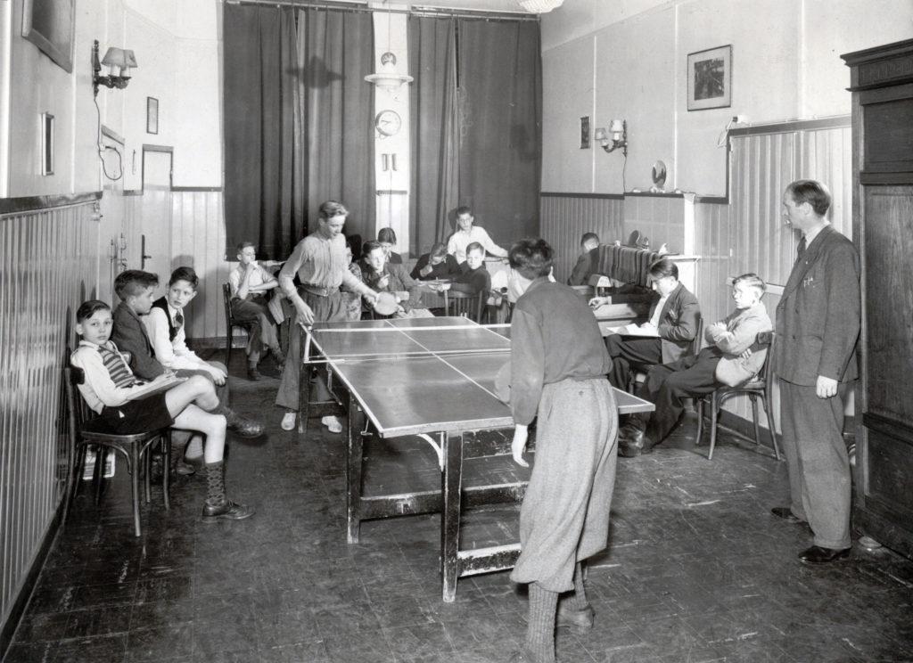 Het Jongenshuis van HvO aan de Prins Hendrikkade in 1951, foto Jan Schiet